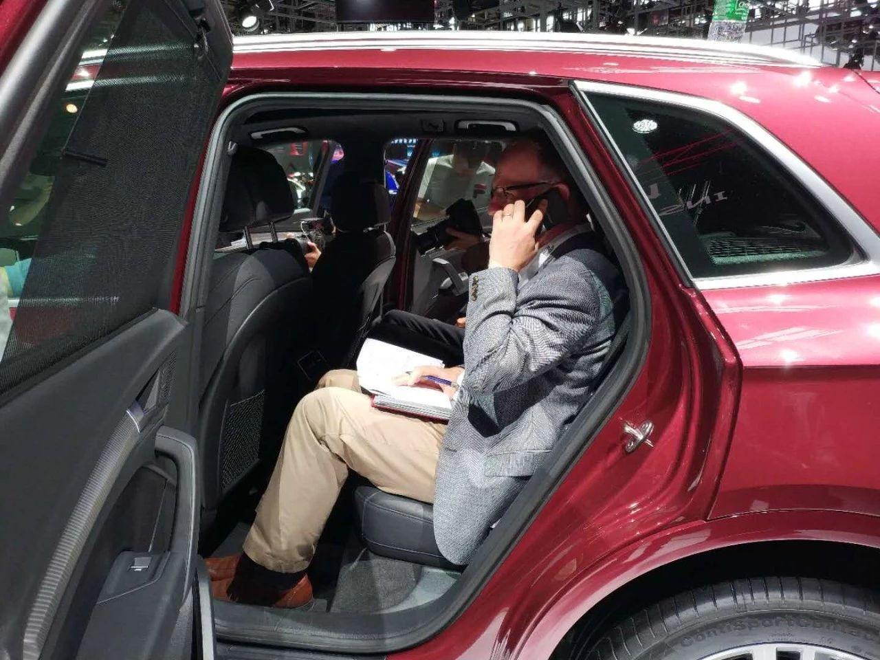 坐在宝马车里的照片_宝马X3:很可能有长轴版,想入手的可以等等|90说