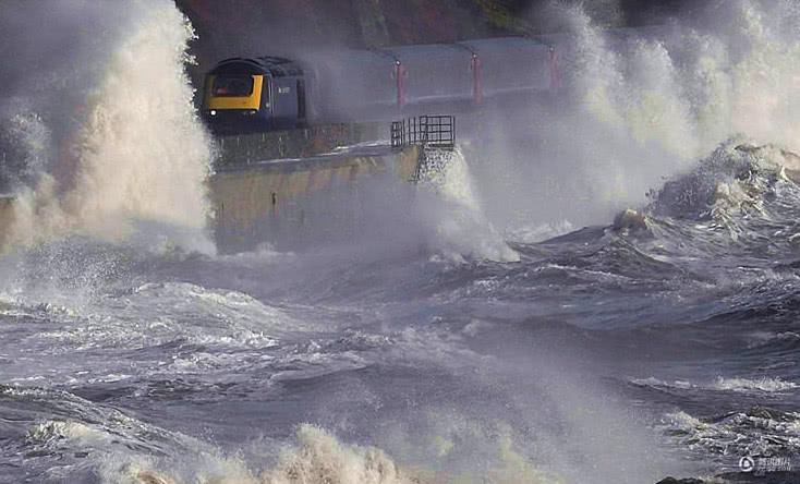 世界上最危险的火车站,面朝大海,背靠悬崖,火车直接从海里开出来