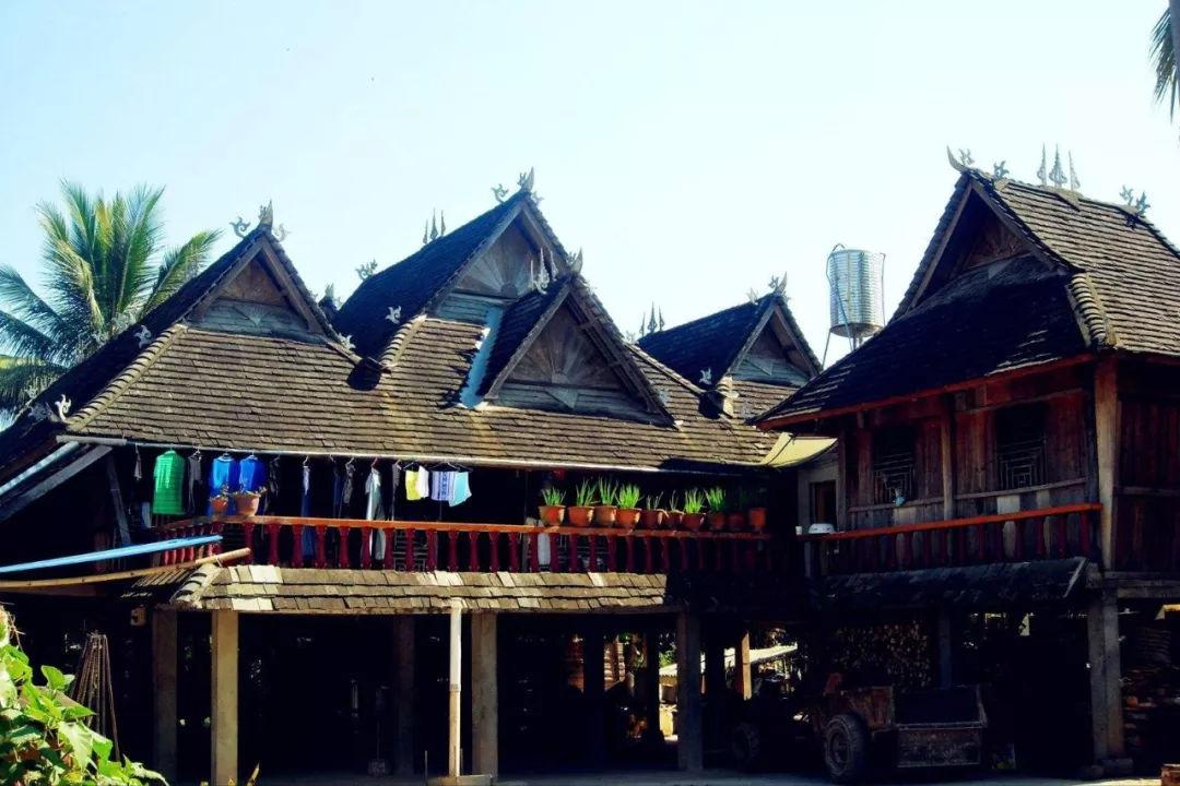 旅游 正文  傣族民居傣族的建筑受气候,海拔,地形,建筑材料等自然环境图片