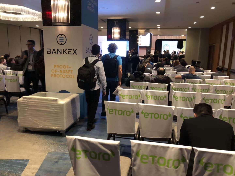 区块链共识大会在纽约如期举办,银行家出其不意手持抗议条幅支持比特币
