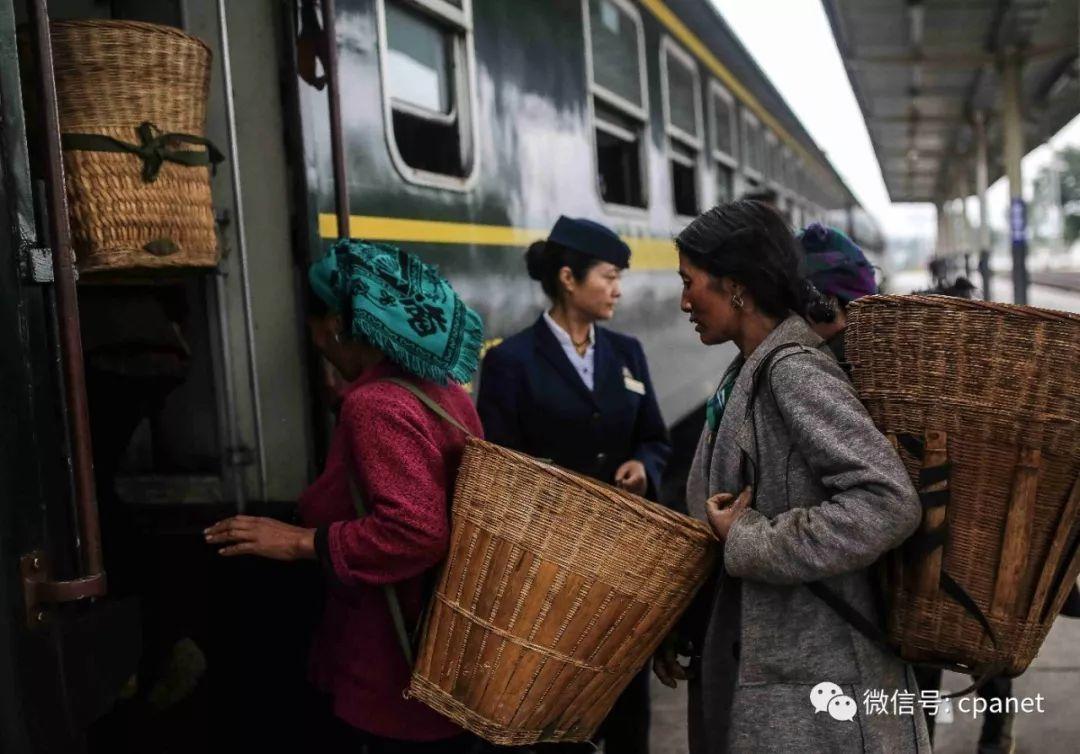 佳作欣赏   扶贫慢火车