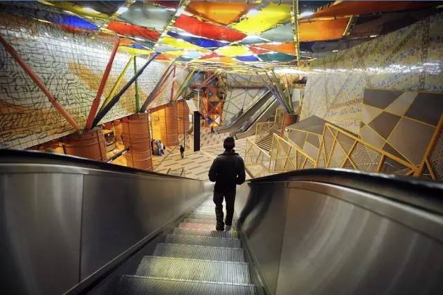 瑞典这座城差点被挖空,修成了世界最长的地铁,进入就像到了地狱!