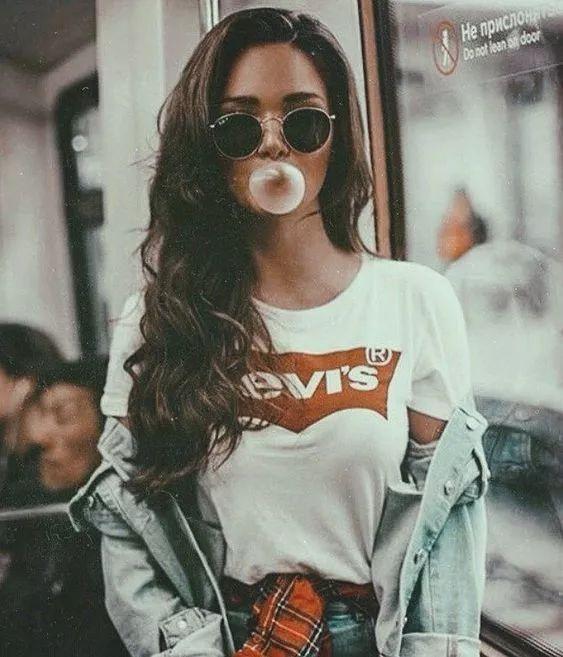 壁纸| 吹泡泡糖的女孩,越看越诱惑