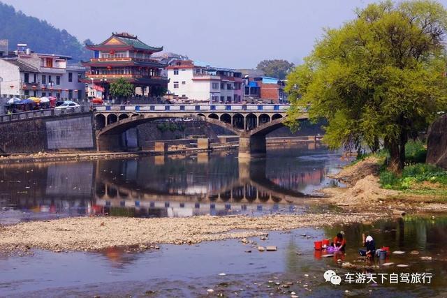 中国有两个最美丽的小城,一个是湖南的凤凰,一个是福建的……