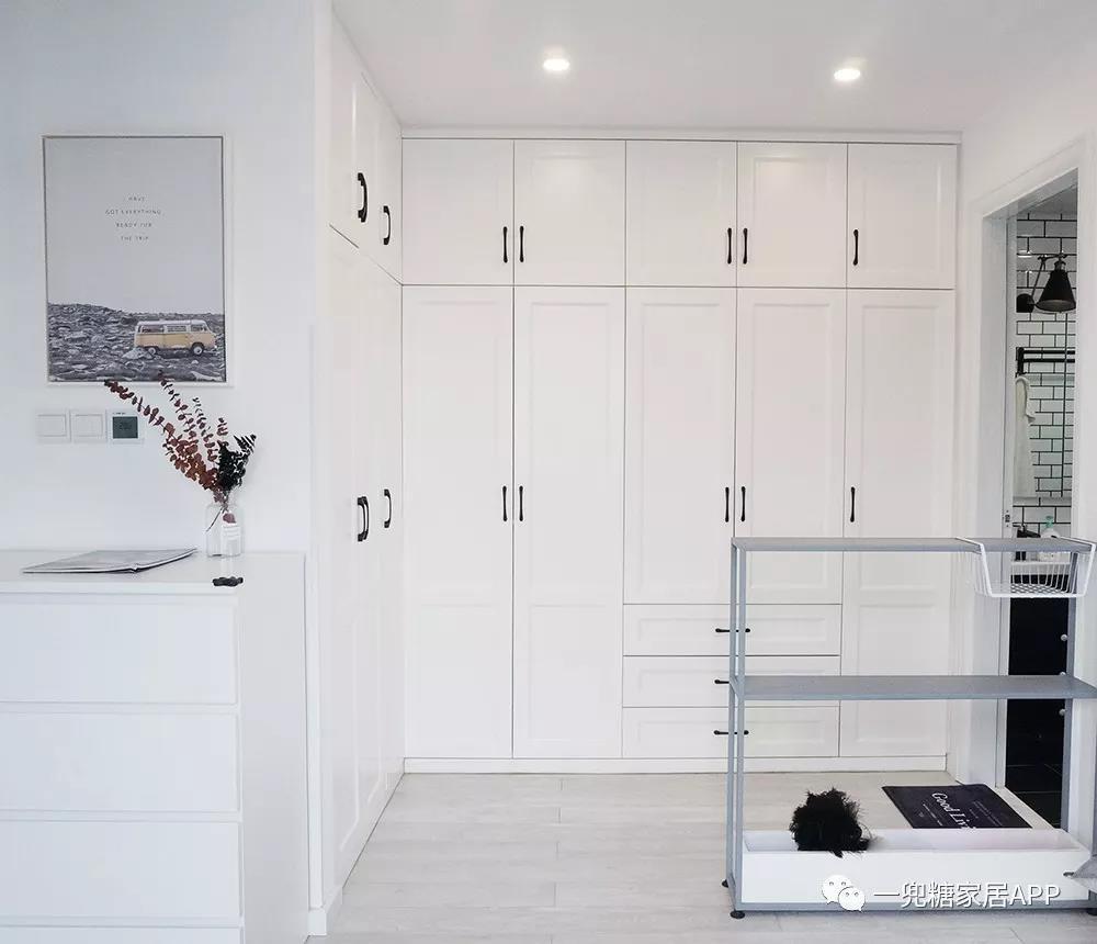 改装后,衣帽间的柜子可以做成l型,纯白色门板,让拥有两扇窗户的主卧室图片