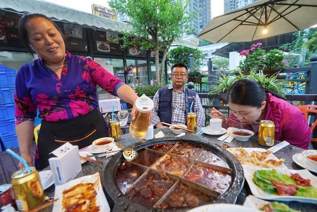 重庆品尝最正宗火锅,吃得酣畅淋漓,但加汤时倒茶水让人大跌眼镜