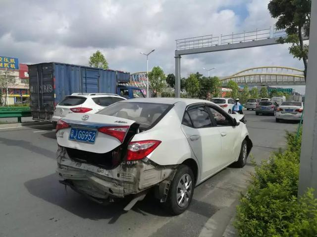 广东江门大道小车8连撞,是不是女司机