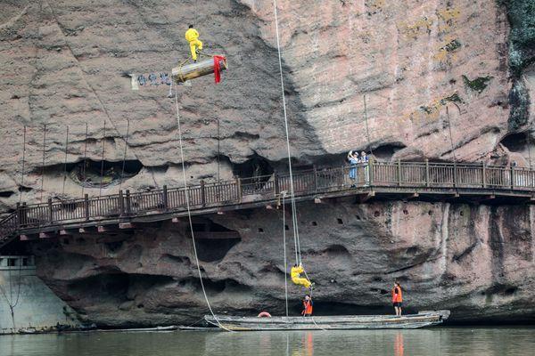龙虎山悬棺表演,看2600年前古越人把棺材送到数百米高的崖洞里的智慧和力量!
