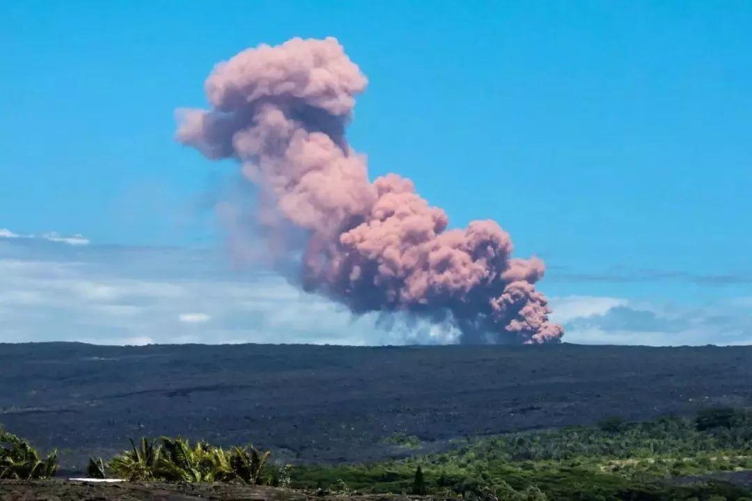 夏威夷火山大爆发!又一个旅游胜地即将消失?景点关闭,熔岩溅射街道,万人紧急撤离!