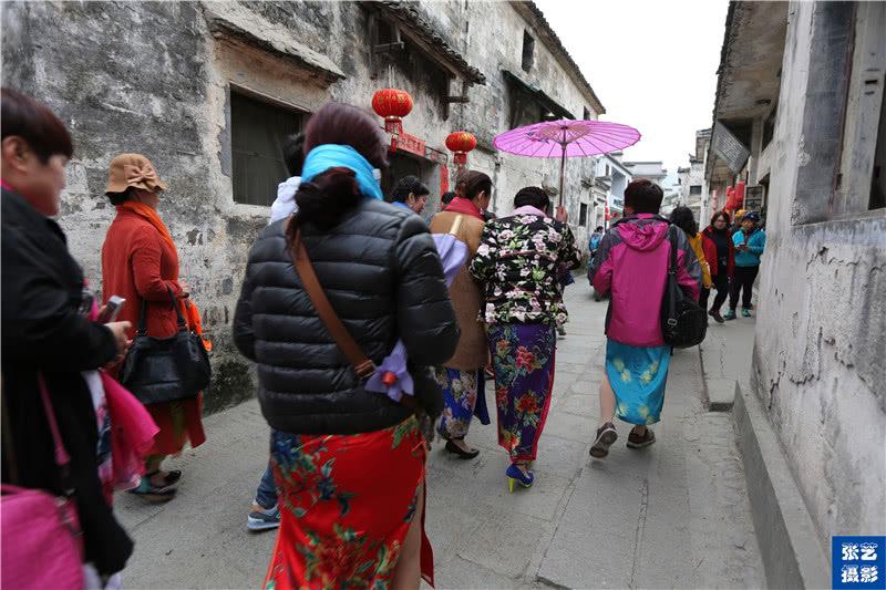 中国大妈所到之处,都是一道靓丽的风景线 墨镜丝巾是标配