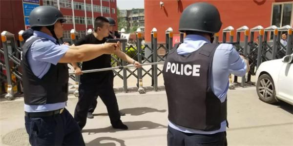 敦化坊派出所与太原六十中学联合举行反恐防暴演练