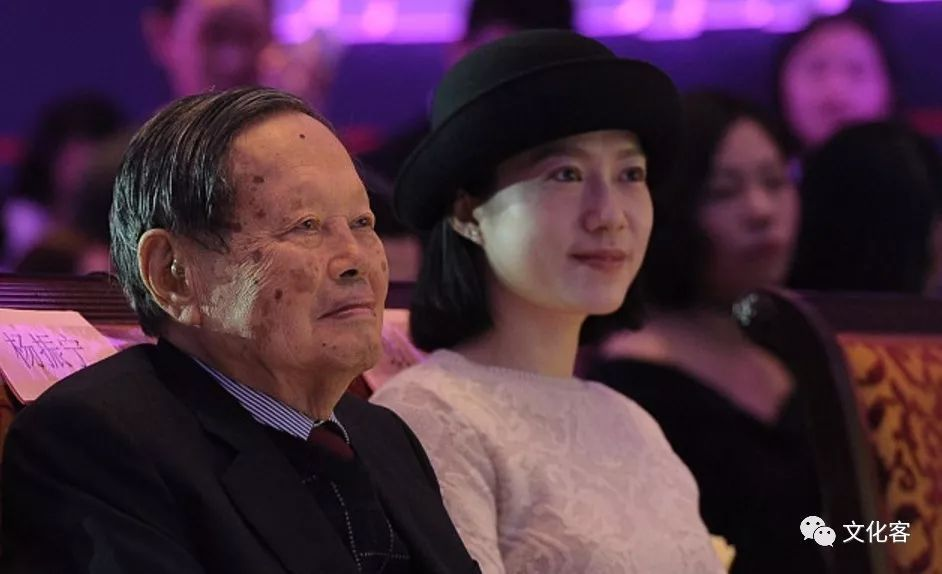 杨振宁与翁帆婚纱照_杨振宁与翁帆及其前妻的合影