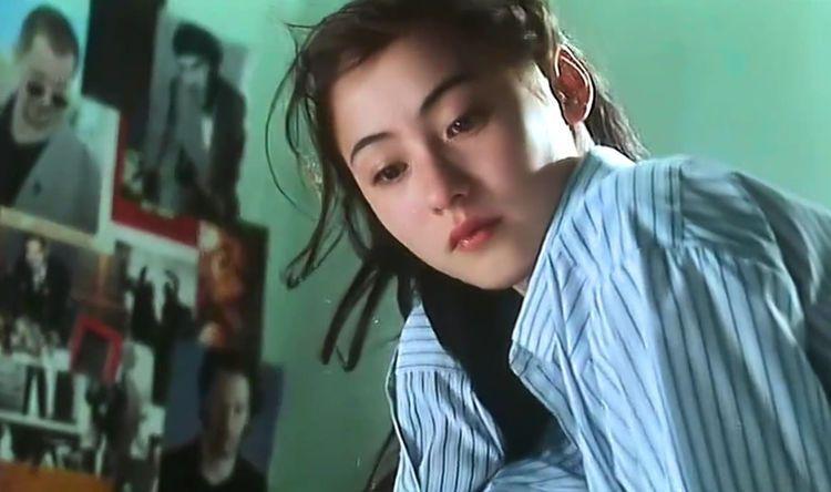 张柏芝18岁出演 喜剧之王 真空大图曝光,周星驰的嘴破皮了