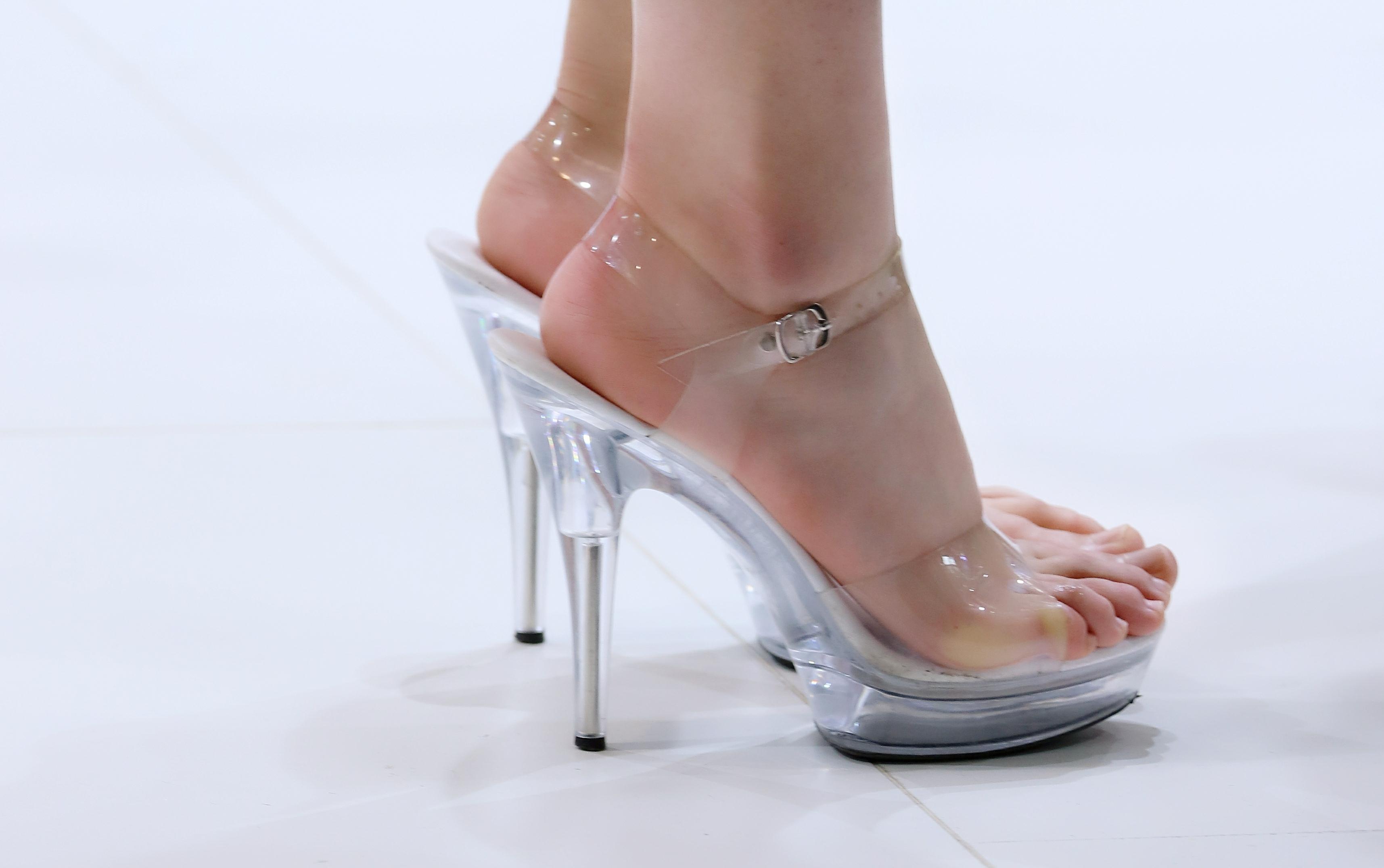 车展上的车模小姐姐,穿着高跟鞋下台阶,真怕她崴了脚! 腾讯视频