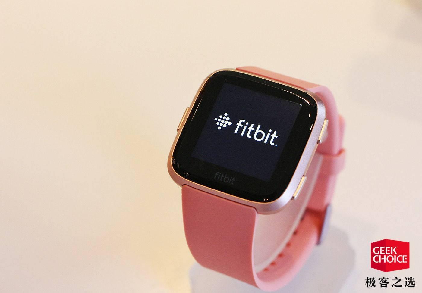 除了轻巧和 50 米防水,Fitbit 的新手表还有一个「女性专属」功能