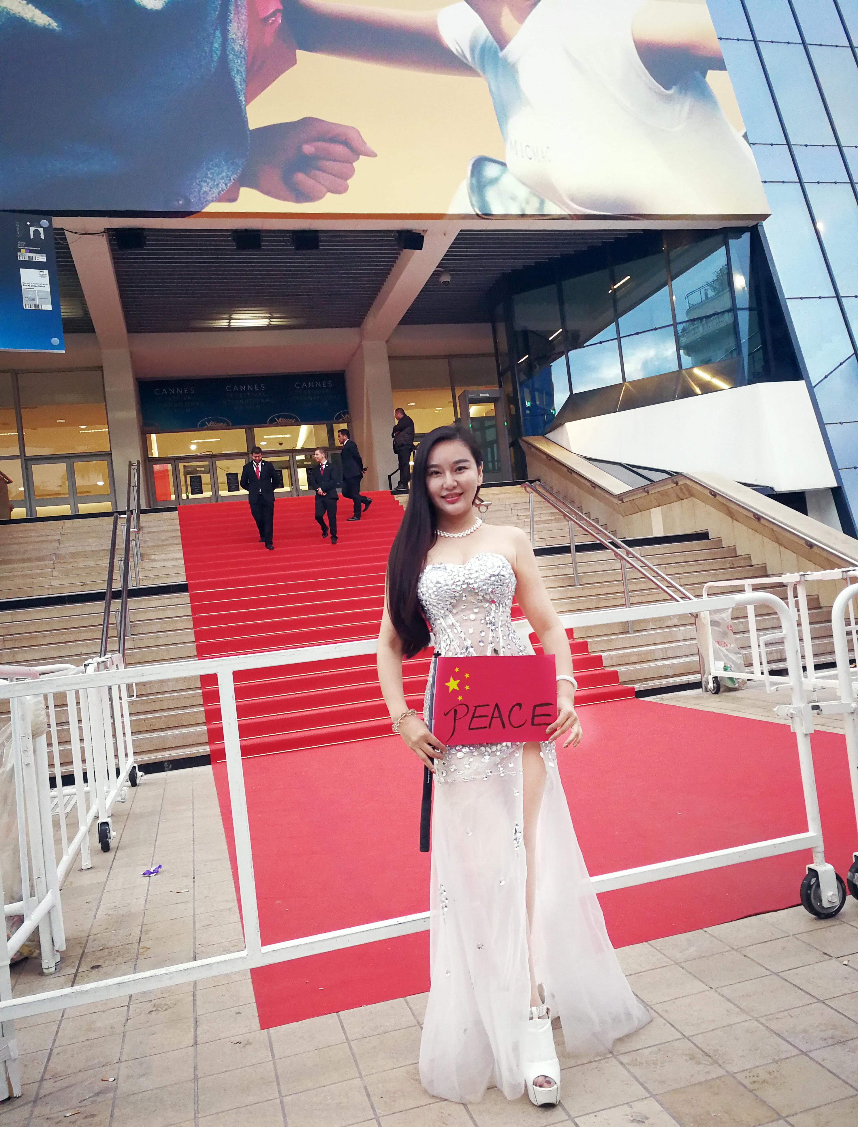 戛纳电影节上,惊现电影和平,她呼吁五星红旗红旗高举三个臭皮匠女神图片
