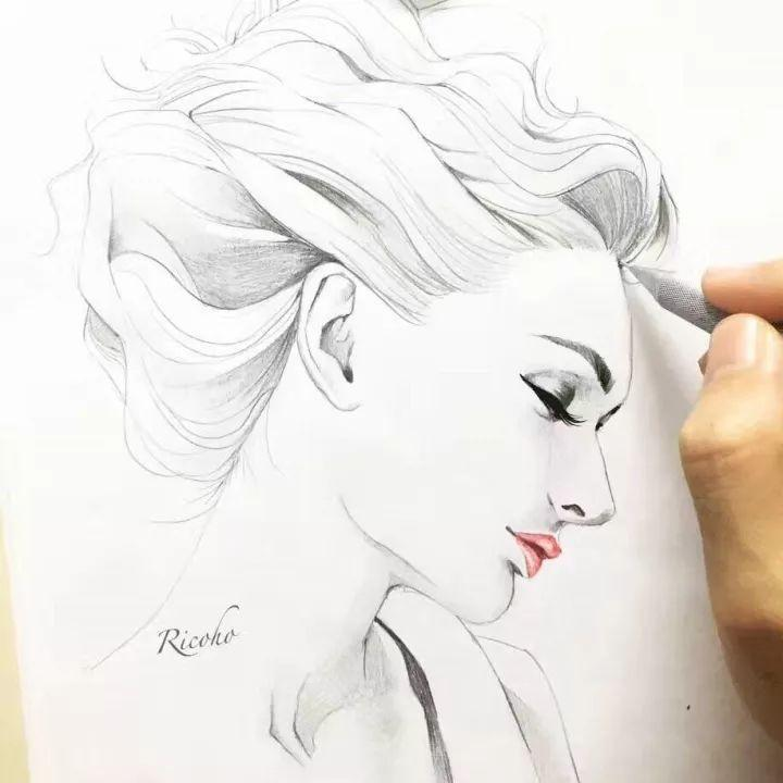 铅笔手绘动漫人物女生