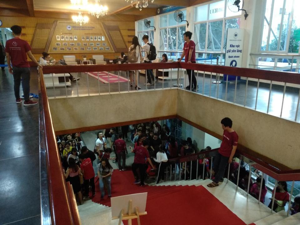 胡志明大学迎新现场,学生会精心准备和布置欢迎晚会.