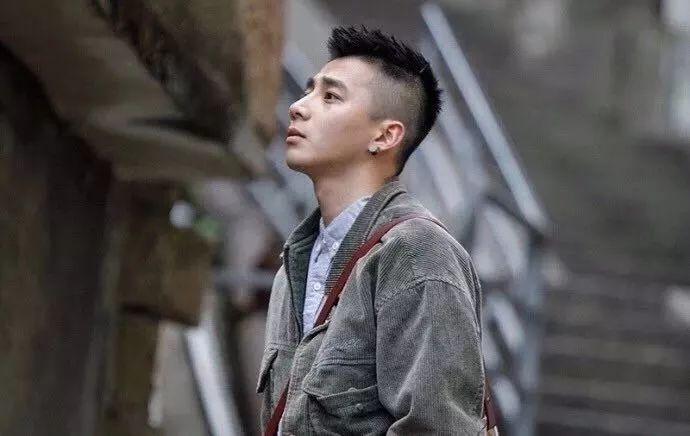 自然卷的男生剪这款发型应该很好看