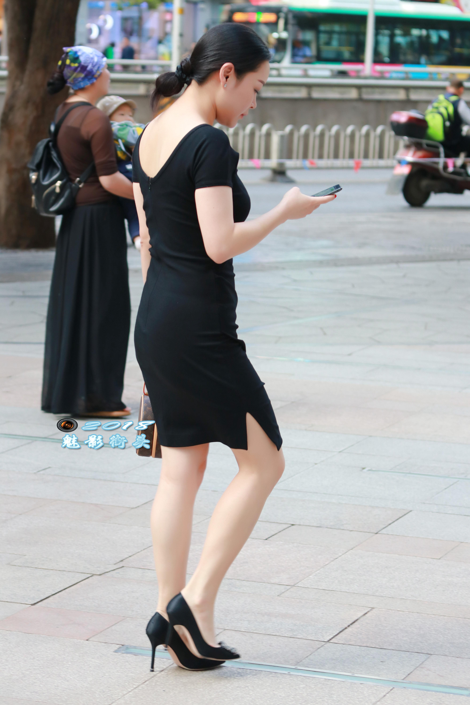 穿黑色连衣裙的美女很漂亮,配上高跟鞋就更漂亮了_搜狐时尚_搜狐网