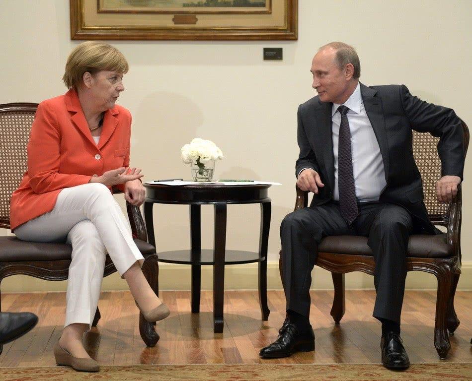 德国总理默克尔访俄,俄罗斯总统普京送鲜花,何意图片 183608 950x768