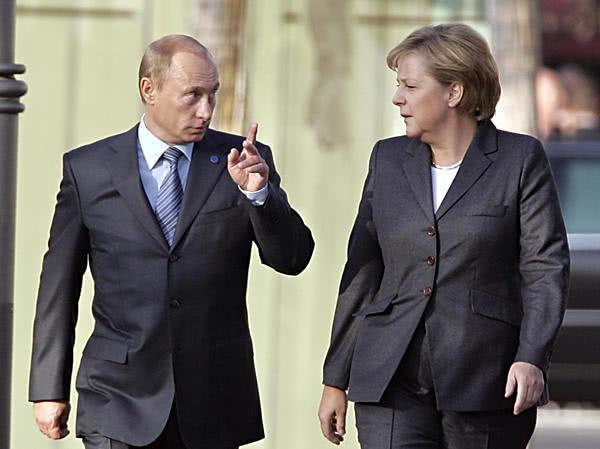 德国总理默克尔访俄,俄罗斯总统普京送鲜花,何意图片 32142 600x449