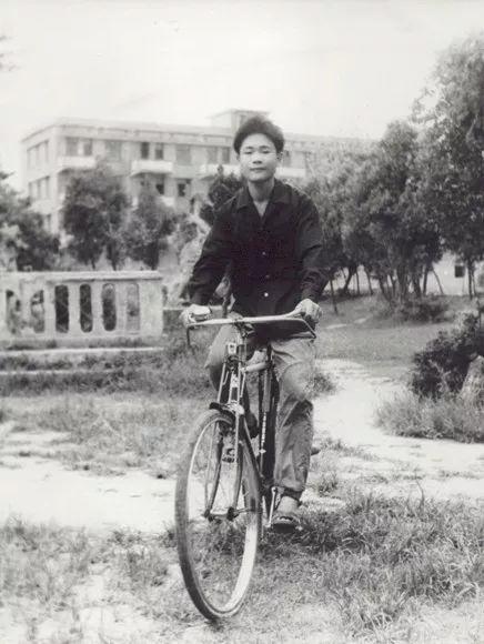 李书福致敬改革开放四十年:从放牛娃到汽车牛人的六次创业经历