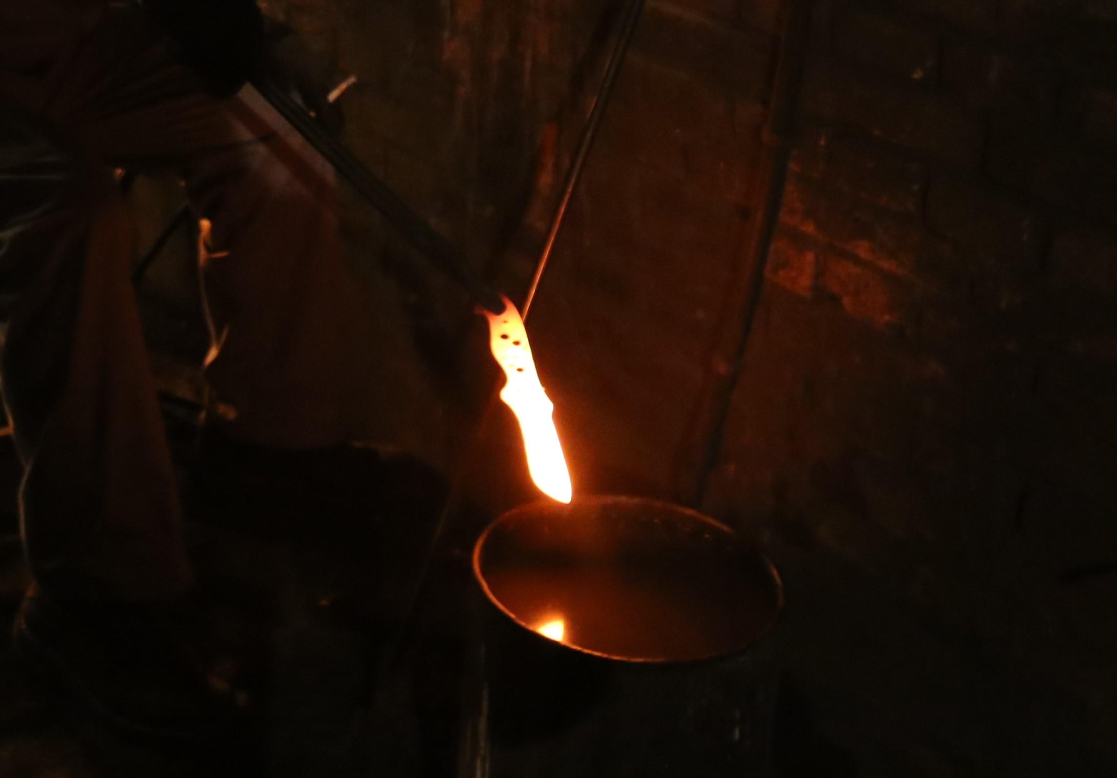 老铁匠只传徒弟的秘方:怎样判断大马士革刀淬火的火候?