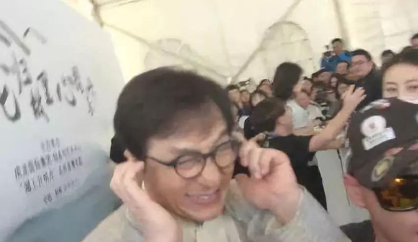 吴秀波为两个儿子唱歌,真正忙的男人从不缺席孩子的成长