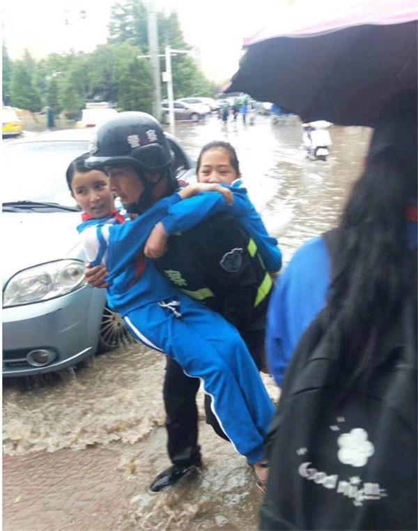 """致敬大雨中那些我们""""最可爱的人""""喀什警察"""