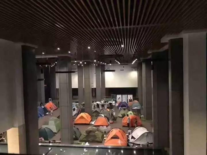 雨夜,杭州这所小学里突然出现150顶帐篷……