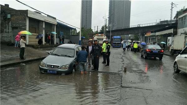 柳林县城区交警冒雨巡逻各城区 消除因降雨带来的安全隐患