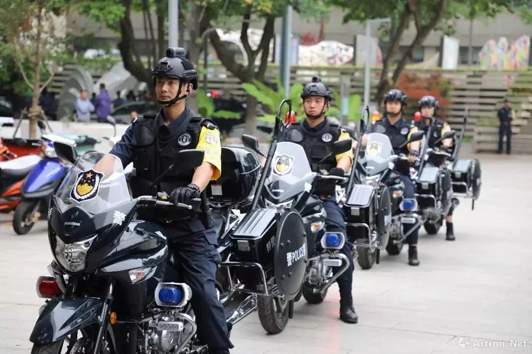 你必须在一个荒唐的夜,骑着摩托穿过下雨的街