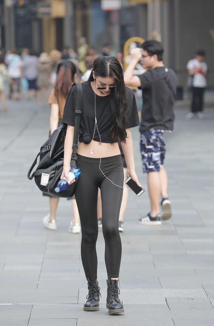 街拍紧身t恤美女_时尚街拍:美女T恤搭紧身裤,全黑搭配简约却不失个性!