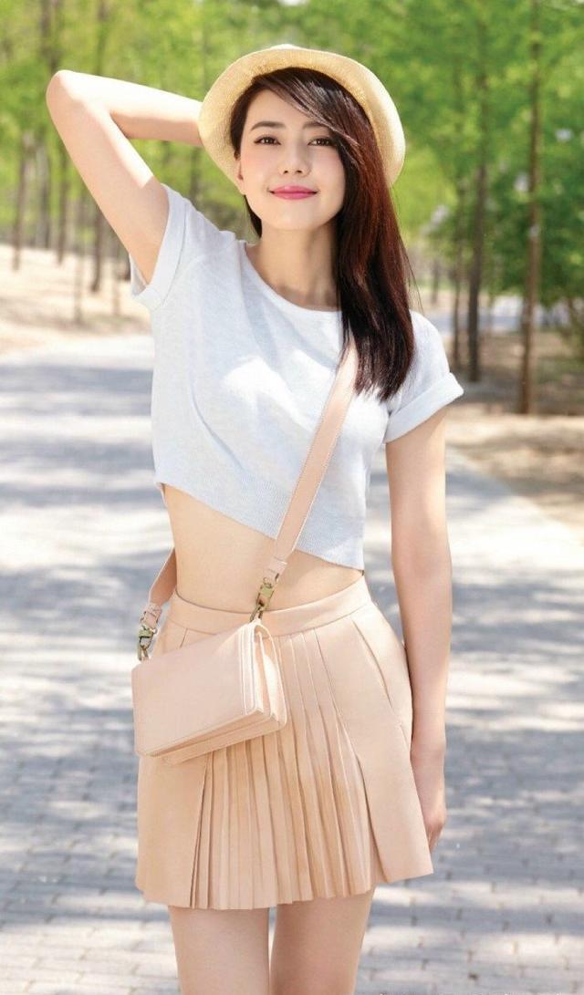 裤搭配上衣囹�a�a�_白色上衣,a字短裙,搭配简单草帽,衬托高圆圆青春活力