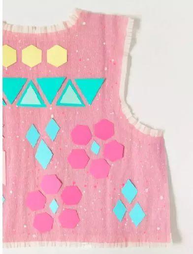 沿着衣服边缘粘一圈皱纹纸,然后剪出流苏状,少女风的蕾丝花边就出来啦