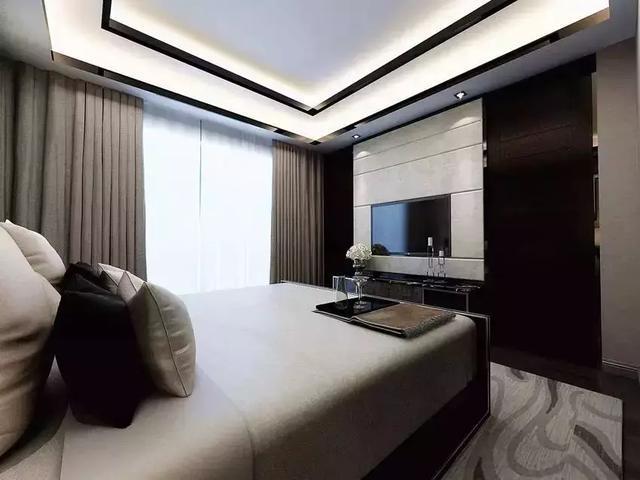 """这个角度看,这间卧室""""性情大变"""",对称的床头背景墙,做旧的墙面,金属的图片"""