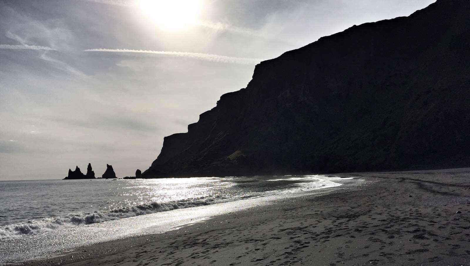 冰岛有个地方,四周都是黑色沙滩,上面的沙子只能看不能动?