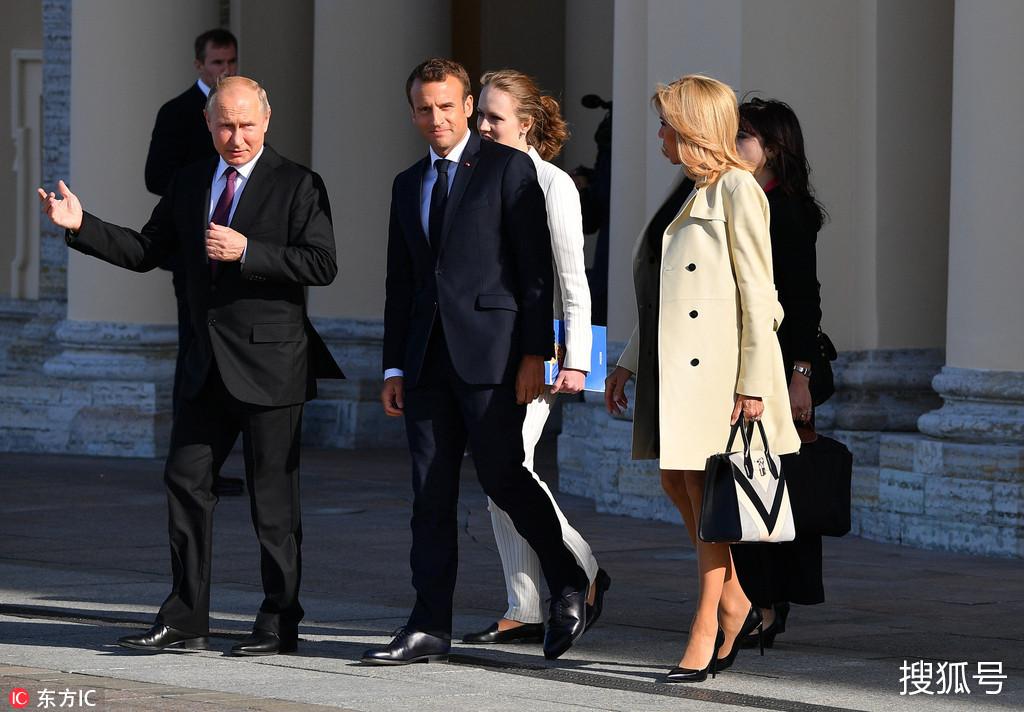 普京夫人照片_马克龙和夫人布丽吉特访俄,迎接布丽吉特的依然是手捧白玫瑰的普京.