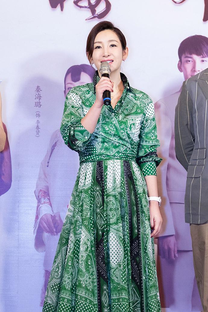40岁气质如虹,这么难驾驭的绿色连衣裙,秦海璐却穿出大气场