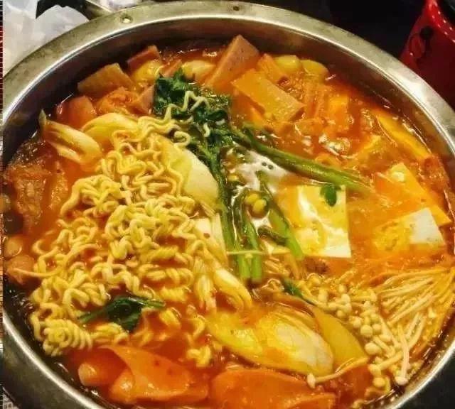 汤感觉比其他家滋味要好;火锅没有那么辣,鱼饼很好吃,记得加拉面!