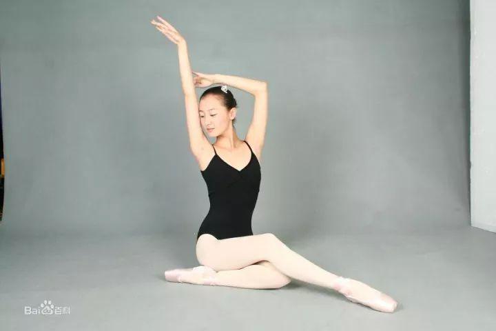 在刘诗诗大婚的伴娘团里则隐藏了另一位同样科班出身的芭蕾舞演员叶青图片