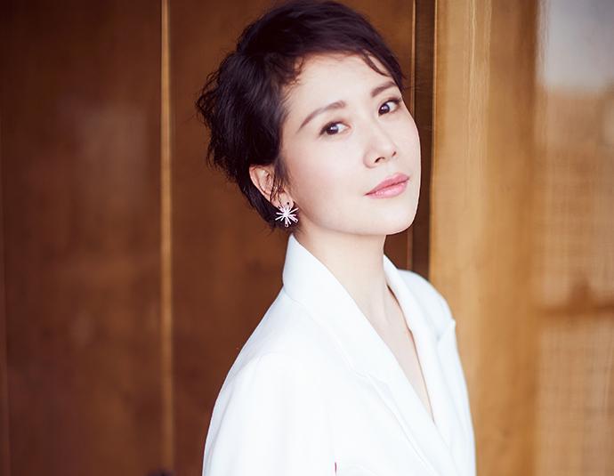 正兒八經的西裝這么難駕馭,40歲海清卻用白色紗裙搭出了女神范
