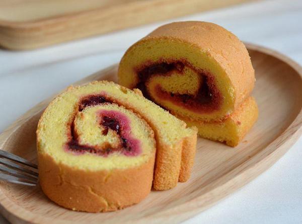 儿童美食食谱推荐:火龙果蛋糕卷的做法 相信很能入小朋友的眼缘