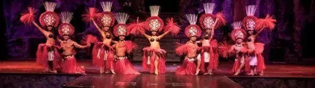 热情的夏威夷风情秀舞动独特的草裙舞