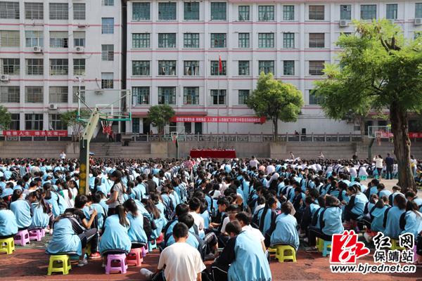 保靖雅丽中学举行禁毒宣传万名青少年签名活动图片