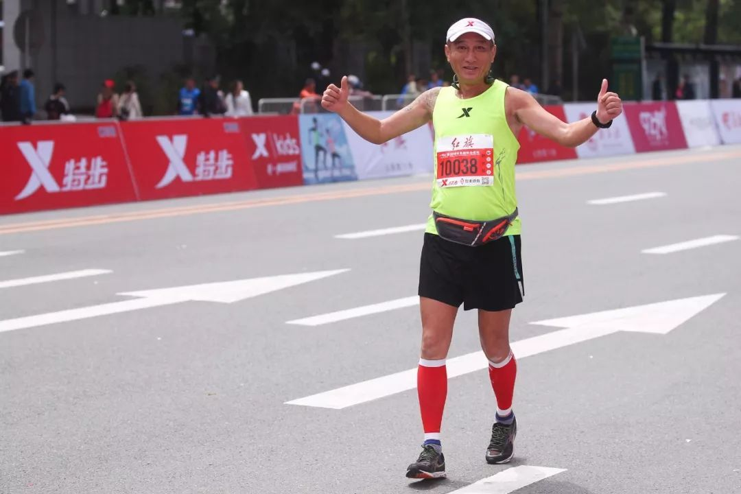 体育 正文  带领跑者们奔跑在北国春城的跑道上 用速度,汗水和坚持