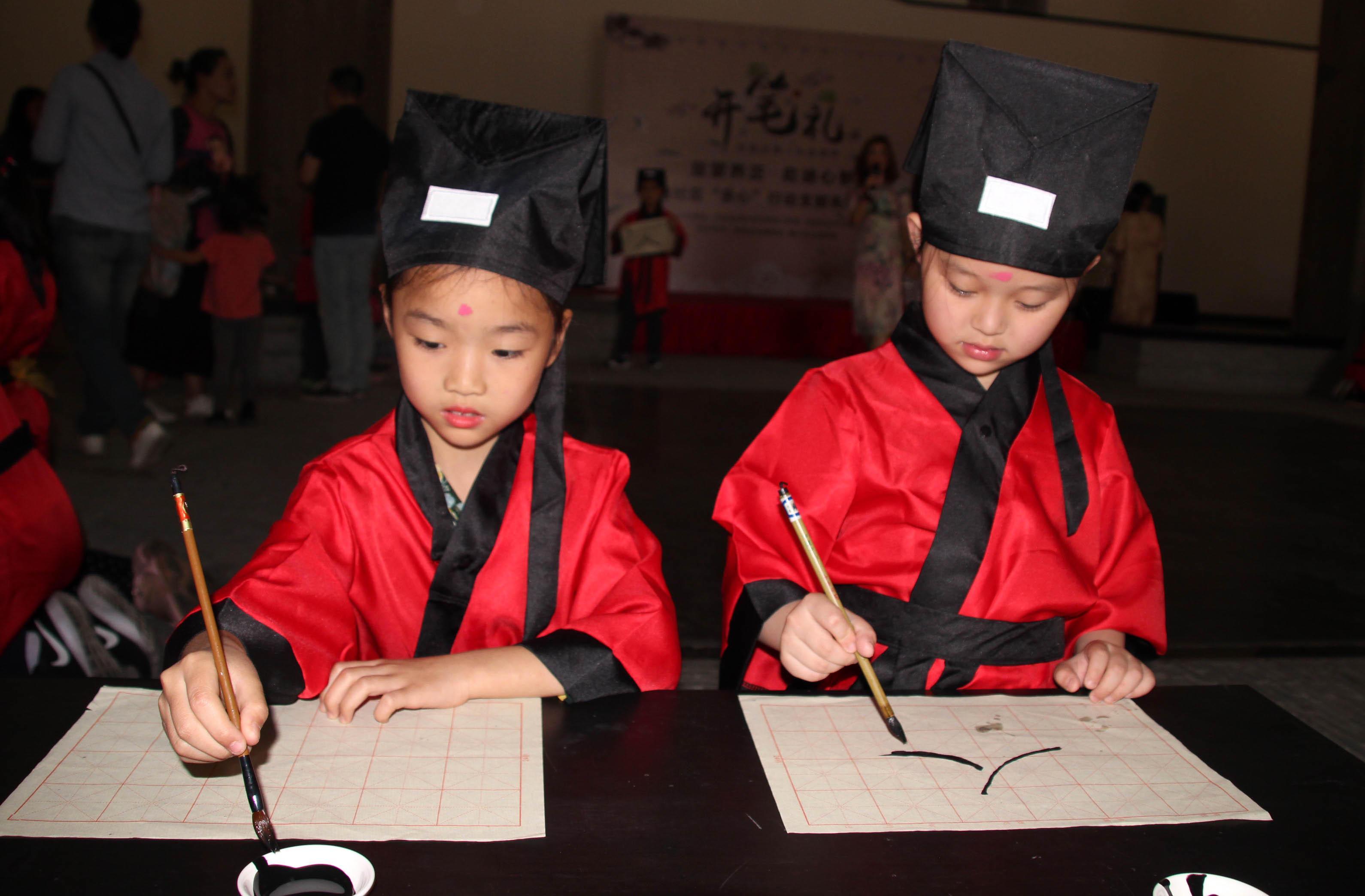 """苏州元和小朋友体验""""开笔礼"""" 感受传统文化魅力"""