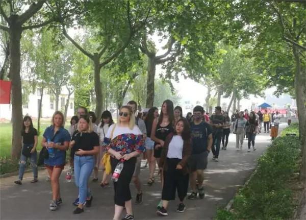 三十多个国家留学生走进吴桥杂技大世界景区,感悟杂技文化!