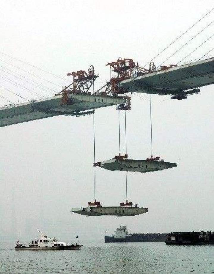5月29日,苏通大桥的最后一对钢箱梁正在吊装.